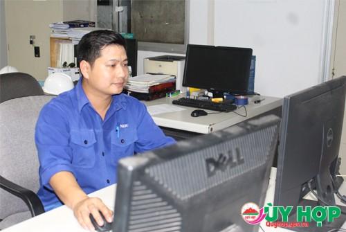 Nguyễn Anh Quý nghiên cứu trên máy móc để vận hành vào công việc thực tế